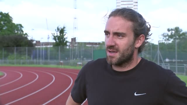 doping retests reveal 23 drugs cheats england london ext andrew steele running on track andrew steele interview sot - suchtmittel abhängigkeit stock-videos und b-roll-filmmaterial