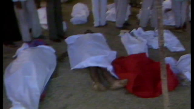 vídeos de stock e filmes b-roll de dow chemical controversy india threaten boycott 6121984 / as061284012 ext people stand looking at bodies on ground covered with sheets men carry... - the dow chemical company