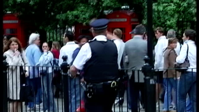 emergency services training exercise on london underground 772005 ext police and emergency services directing people in streets and outside tube... - anweisungen geben stock-videos und b-roll-filmmaterial