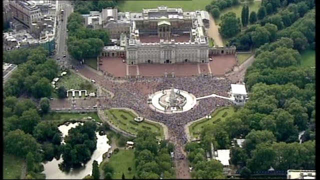london 2012 olympic games handover concert on the mall / red arrows flypast; england: london: ext aerials / air views crowds of people gathered in... - 2008年北京夏季オリンピック点の映像素材/bロール