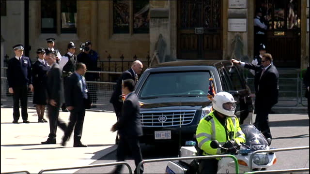 heads of state at risk of assassination says report 2452012 ext barack obama getting out of limousine on visit to uk - limousine luxuswagen stock-videos und b-roll-filmmaterial