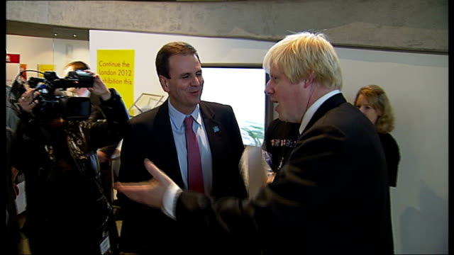 vídeos y material grabado en eventos de stock de mayor of rio de janeiro visits london olympic site england london city hall photography*** boris johnson shaking hands with eduardo paes and both... - insignia accesorio personal