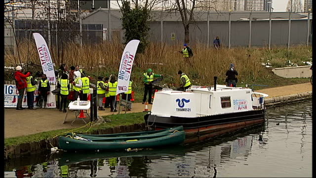 organisers launch search for volunteers to clean london waterways england london river lee ext gvs volunteers clearing litter around river lee... - ロンドン ストラトフォード点の映像素材/bロール
