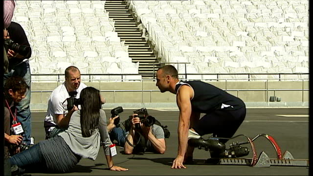paralympics 'blade runner' oscar pistorius interviewed 2352011 england london stratford olympic stadium ext oscar pistorius posing for photocall in... - オスカー・ピストリウス点の映像素材/bロール