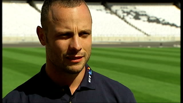 paralympics interview with paralympic runner oscar pistorius oscar pistorius interview sot on the media jamboree surrounding him on his training... - オスカー・ピストリウス点の映像素材/bロール