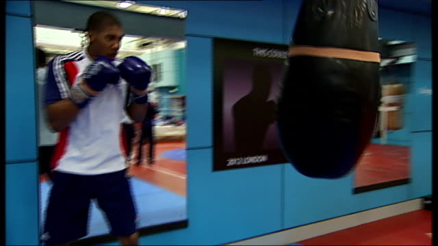 stockvideo's en b-roll-footage met london 2012 olympic games: profile on boxer anthony joshua; t23111109 / tx england: london: int joshua hitting punch bag in gym - vrijetijdsfaciliteiten