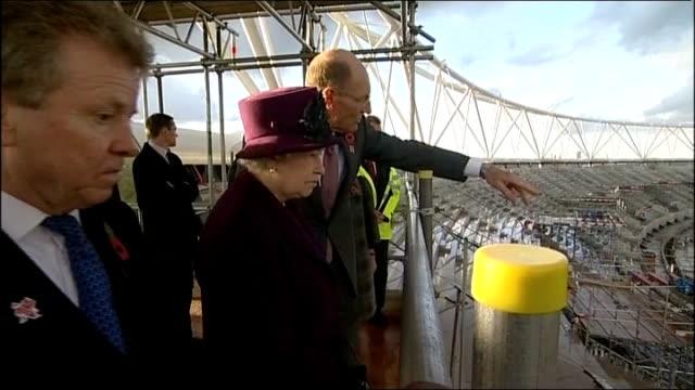 queen visits olympic park site england london stratford ext queen elizabeth ii from lift with john armitt lord sebastian coe boris johnson tessa... - ロンドン オリンピックパーク点の映像素材/bロール