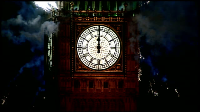 vidéos et rushes de london 2012 olympic games: questions raised of benefit for londoners; england: london: ext / night big ben clock face as striking midnight as... - minuit
