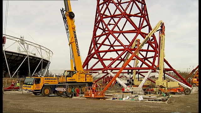vídeos de stock, filmes e b-roll de steel manufacture and on site construction london stratford ext pan up from ground to top of incomplete arcelormittal orbit sculpture construction in... - imperfeição