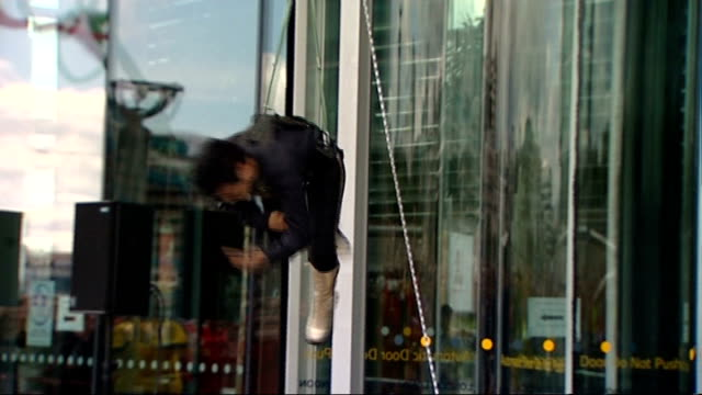 stockvideo's en b-roll-footage met streb city hall sky walk / elizabeth streb interview streb and performers lowering to the ground / streb and performers taking a bow - laten zakken