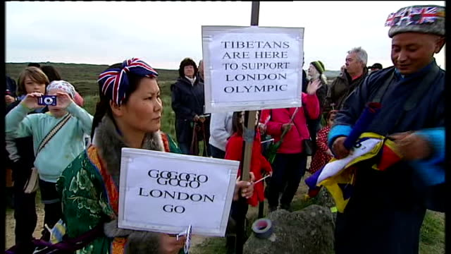 vídeos de stock e filmes b-roll de torch arriving in lands end england cornwall land's end ext general view of tibetans holding signs 'tibetans are here to support london olympics' /... - pandeiro