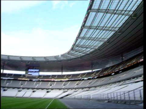 london 2012 olympics bid launched; itn france: paris: stade de france: ext roof of stadium tilt down empty stadium 'stade de france' flag blowing in... - wind点の映像素材/bロール