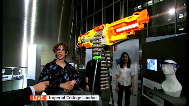 students showcase latest aids for paralympic athletes england london imperial college london photography*** reporter to camera geoff talks and shows... - tiro al piattello video stock e b–roll