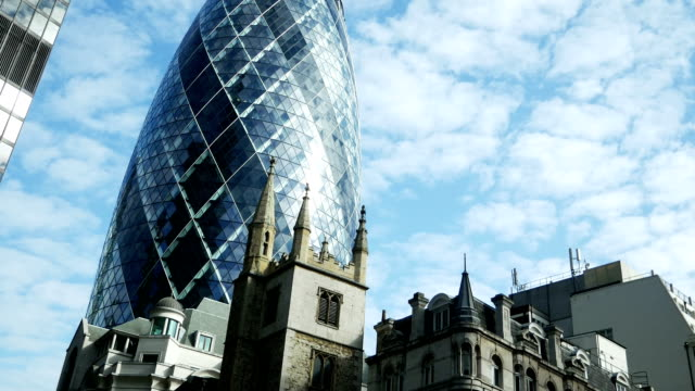 tu london 30 st. mary axe (the gherkin) skyscraper - swiss re stock videos & royalty-free footage