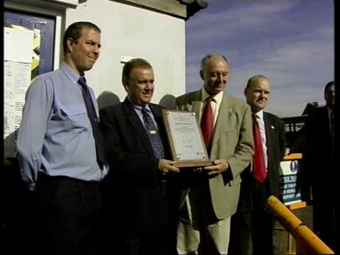 plaque unveiled by ken livingstone for london bus staff england london stratford bus garage ext ken livingstone george psaradakis mark maybanks and... - ロンドン ストラトフォード点の映像素材/bロール