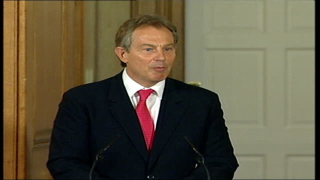 stockvideo's en b-roll-footage met london 7th july 2005 attacks aftermath: tony blair and afghan president hamid karzai press conference; england: london: westminster: downing street:... - military recruit