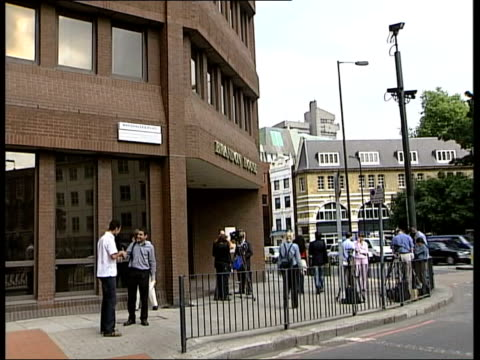london: acas headquarters: ext post office union leaders towards to acas hq gv 'advisory, conciliation and arbitration service head office' sign on... - ロイヤルメール点の映像素材/bロール