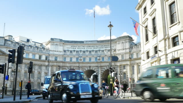 london admiralty arch over the mall (uhd) - international landmark stock videos & royalty-free footage