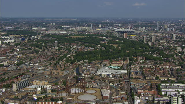 vidéos et rushes de london aerial: hoxton to queen elizabeth olympic park, london - hackney
