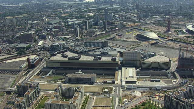 london aerial: orbit of westfield shopping centre, stratford, east london - イーストロンドン点の映像素材/bロール