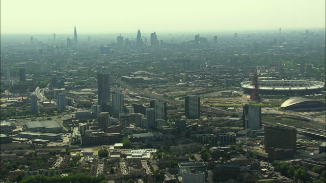london aerial: queen elizabeth olympic park and city of london - ロンドン ストラトフォード点の映像素材/bロール