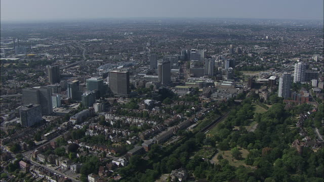 london aerial: south east croydon - ロンドン クロイドン点の映像素材/bロール