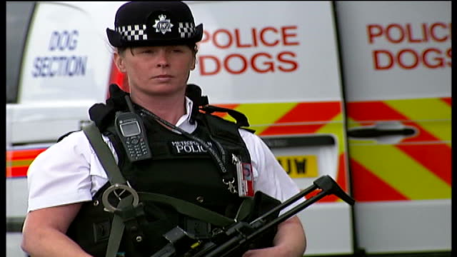 security response england london heathrow airport ext police officers holding fire arms rifles as guarding exterior of air port travellers unloading... - flugpassagier stock-videos und b-roll-filmmaterial