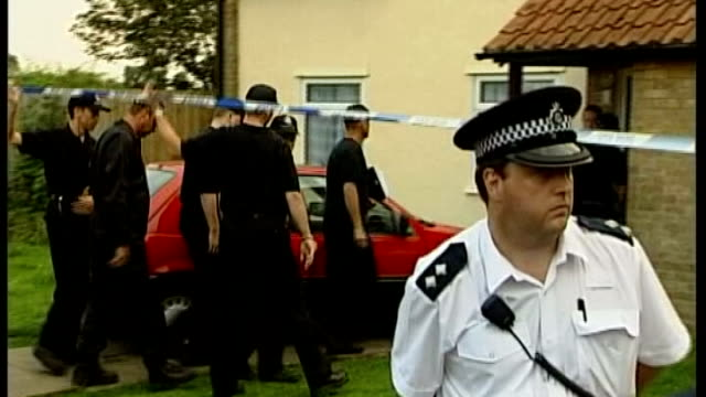 london and glasgow car bomb plots: the investigation; tx 20.8.2002 police and forensic teams along to huntley's house - schwarzes hemd stock-videos und b-roll-filmmaterial