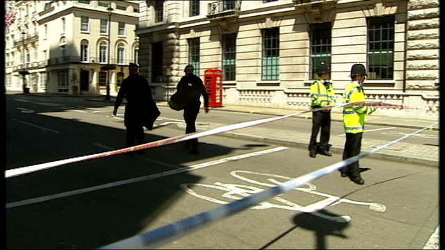 vidéos et rushes de london and glasgow failed bombings trial: bilal abdullah convicted; 29.6.07 haymarket: day various shots of police at scene, exterior of tiger tiger... - haymarket