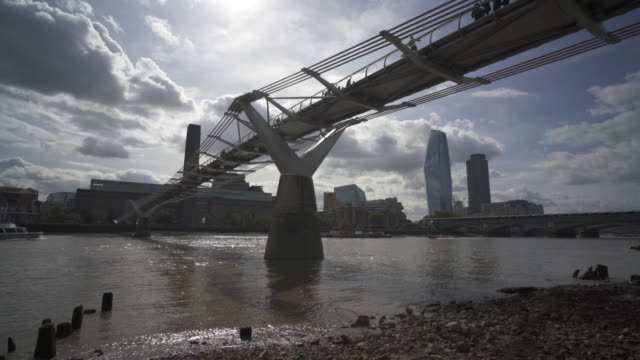 london and the river thames at low tide. - flussufer stock-videos und b-roll-filmmaterial
