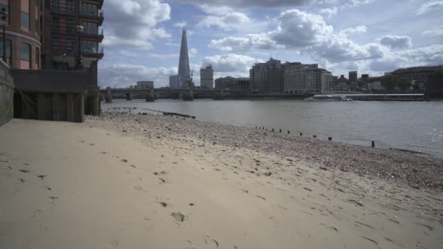 london and the river thames beaches - flussufer stock-videos und b-roll-filmmaterial