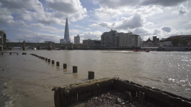 london and the river thames - flussufer stock-videos und b-roll-filmmaterial