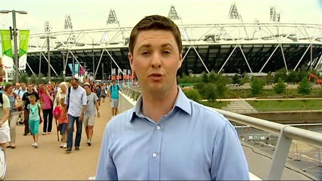 day 2 queen elizabeth olympic park reporter to camera - 2日目点の映像素材/bロール