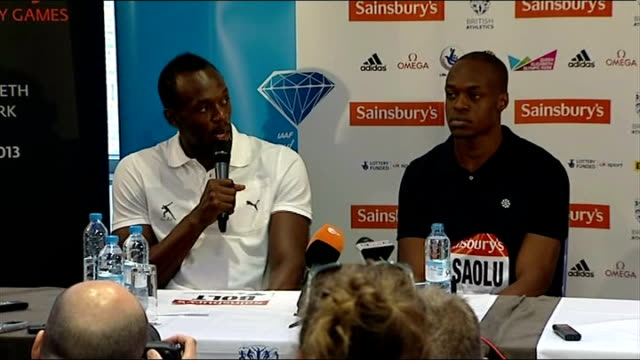 stockvideo's en b-roll-footage met usian bolt james dasaolu press conference england london usain bolt photo opportunity with sainsbury staff member / various of usain bolt and james... - teamevenement