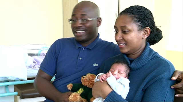 vidéos et rushes de london baby contender for title of seven billionth human england london st thomas's hospital ext father and mother holding baby peter bashir yansaneh... - jasmin