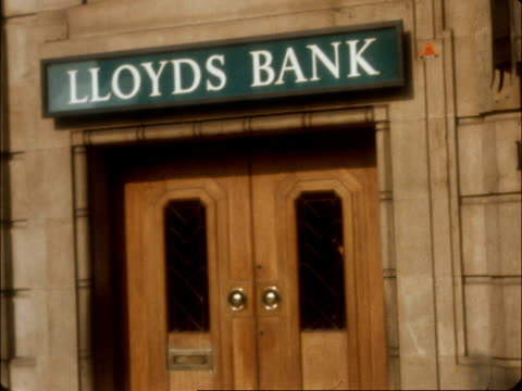 london baker street exteriors lloyds bank police activities exterior 'sac' shop from where robbers started tunnel to bank - dieb stock-videos und b-roll-filmmaterial