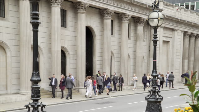 vidéos et rushes de london bank of england facade in threadneedle street - établissement financier