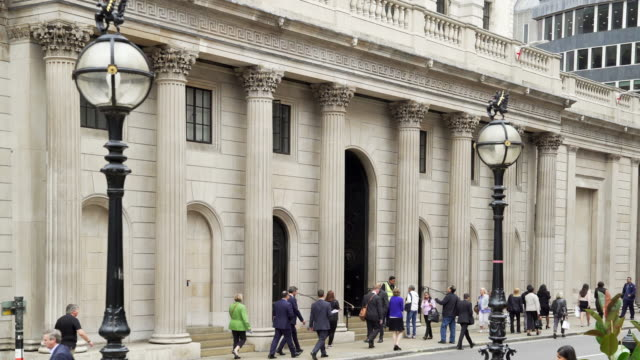 london bank of england facade in threadneedle street - 銀行点の映像素材/bロール