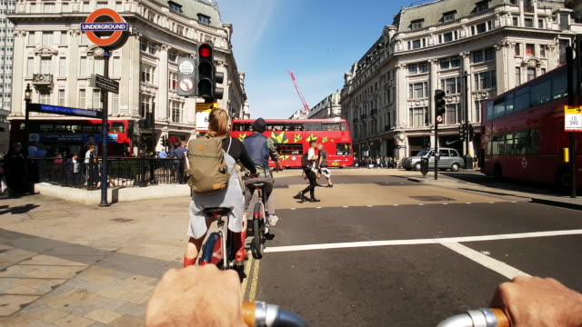 london bicycle ride in oxford circus - verkehrs leuchtsignal stock-videos und b-roll-filmmaterial