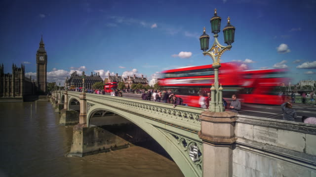 london big ben and westminster bridge - autobus a due piani video stock e b–roll