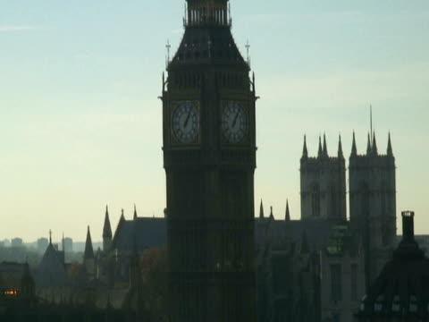 Londres: Big Ben de réveil, un niveau de la rivière Thames