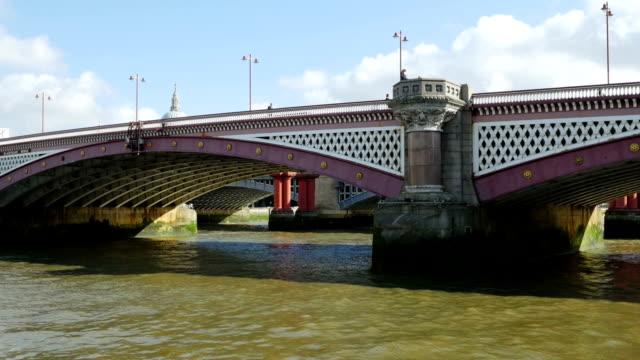 """vídeos de stock, filmes e b-roll de """"pov londres ponte de blackfrias (4 km/uhd para hd)"""" - ponto de vista de câmera"""