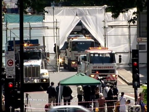 london bomb blasts aftermath: hunt for bombers; england: london: tavistock square/ woburn place: ext tls recovery trucks towing vehicles from behind... - 防水シート点の映像素材/bロール