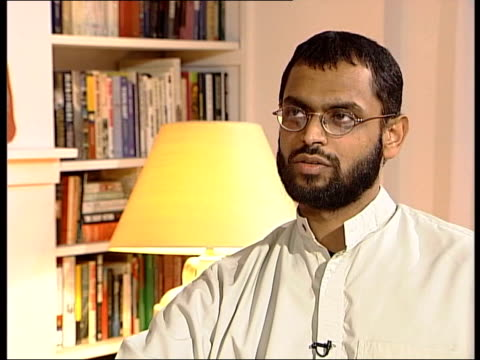 vídeos de stock, filmes e b-roll de bombers' motives file / february 2005 moazzam begg interview sot what took place there were events which affected me so much caused a turnabout in my... - moazzam begg