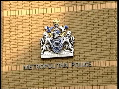 haroon rashid aswat arrest in zambia links to bombers date england london metropolitan police sign and coatofarms on building - 警視庁点の映像素材/bロール