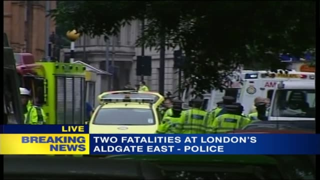 news special: 11.30 - 12.30; 11.32 england: london: russell square: police officers among ambulances at site of bomb blast / fire engine outside tube... - bombardamento video stock e b–roll