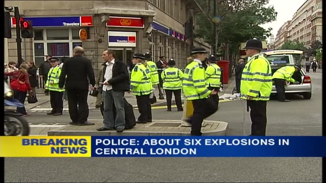stockvideo's en b-roll-footage met itv news special 1130 1230 1156 russell square ext gvs police officers moving crowds away gvs sniffer dog checking area for explosives 1157 will... - phono engels woord