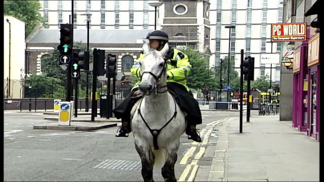 Russell Square ITN Audio track 1 FX / Audio track 2 FX ENGLAND London Aldgate East EXT Police evacuating area around Aldgate East tube station Man...