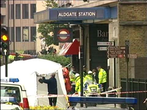 search for the bombers raids in leeds tx aldgate ext police and ambulances outside aldgate tube station police officers directing people in street - anweisungen geben stock-videos und b-roll-filmmaterial