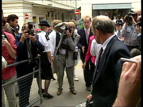 stockvideo's en b-roll-footage met london bow street tms people entering court towards incl 'herald of free enterprise' captain david lewry tcms company executives towards pan lr to bv... - aanklager rechtszaak